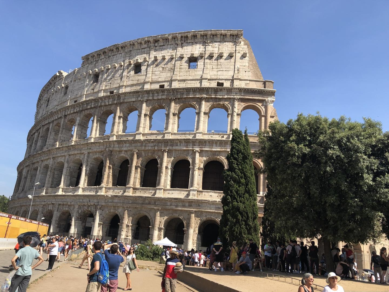 今回、ローマで午後から半日フリーがあったので、弊社の午後から3時間のフォロ・ロマーノ〜コロッセオ見学ツアーに申し込みしました。やはり、個人で行くのは不安だし、いろいろな体験談を読むと、チケットも買うところや並ぶところが分かりづらい感じだったので、日本人のガイド付き、チケット付きなので安心でした。ただ、現地の集合場所には、スペイン広場からタクシーで行きましたが、タクシーの方も分からなかったので、アバウトに降ろしてもらったので、地図を見ながらウロウロしました。スマホのGoogleマップで、なんとかたどり着けましたが、タクシーの運転手なら分かるだろうというのは大きな間違いです。そのツアーの代行会社に日本人スタッフがいるわけでもないので、バウチャーを渡して、予約できてることがわかったのでホッとしました。 あとは、同じ日本人らしき方々が、12名ほどいて、ガイドさんにイヤホンガイドを渡され、3時間みっちり案内してもらって良かったです。コロッセオの中に入る入り口もスムーズに待たずに入れて、中を見ることもできて感動しました。同じツアーの方々に後で聞くと、コロッセオまでは行ったけど、中には入れなかったとのことだったので、やはり、日本で予約して行って良かったなあと思いました。ローマに行くなら是非行ってもらいたい場所ですね。(^^)