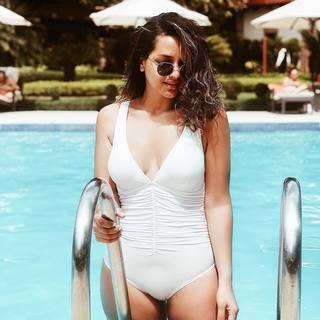 686595428a6ed Dicen los que saben que si se publica una foto en la piscina las vacaciones  llegan
